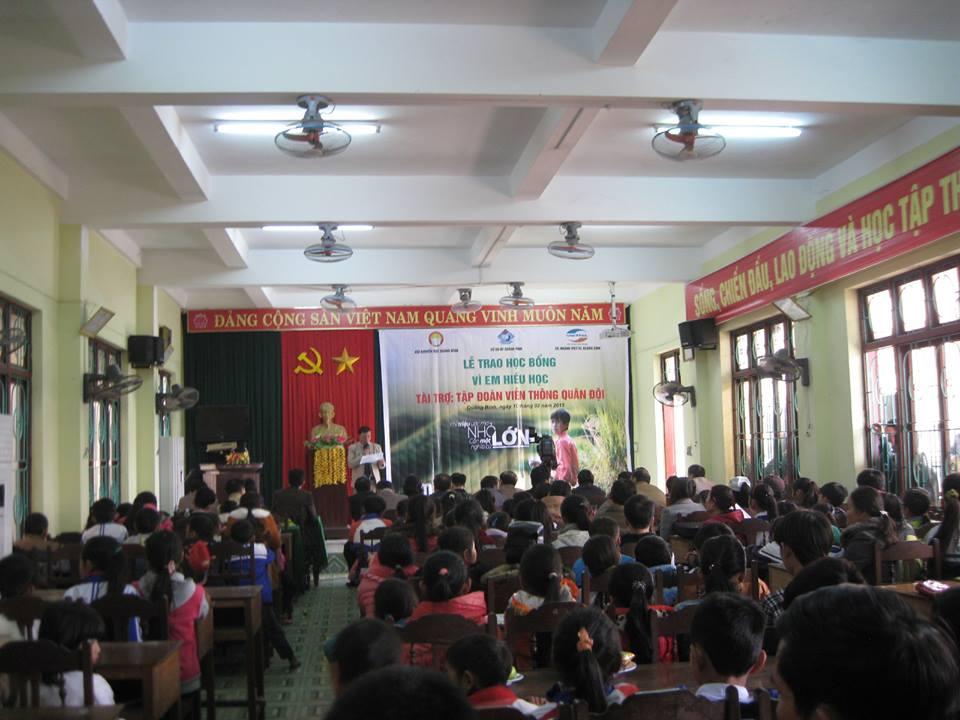 """Chi nhánh Viettel Quảng Bình: Trao học bổng """"Vì em hiếu học năm 2014"""""""