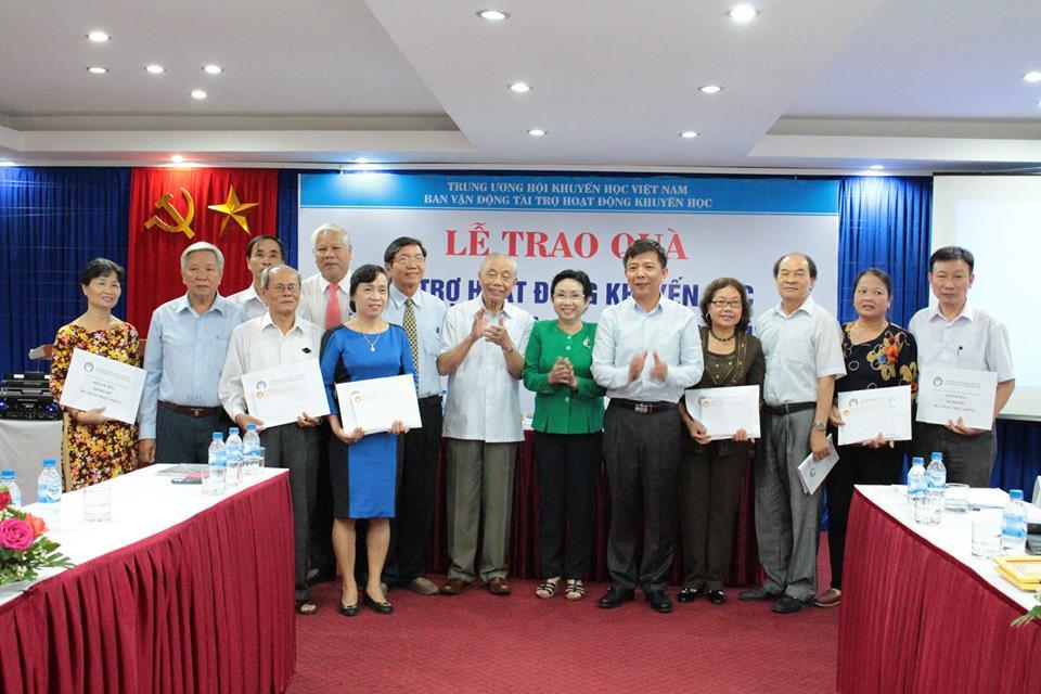 Hội Khuyến học Việt Nam trao tiền hỗ trợ cho 11 tỉnh, thành phố khu vực miền Trung