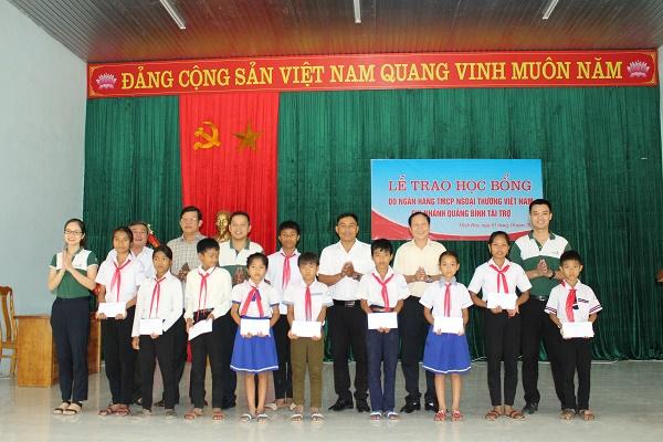 """Trao học bổng """"Tiếp sức đến trường"""" cho học sinh nghèo huyện Tuyên Hóa và Minh Hóa"""